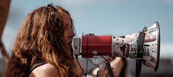 Femme parlant dans un mégaphone